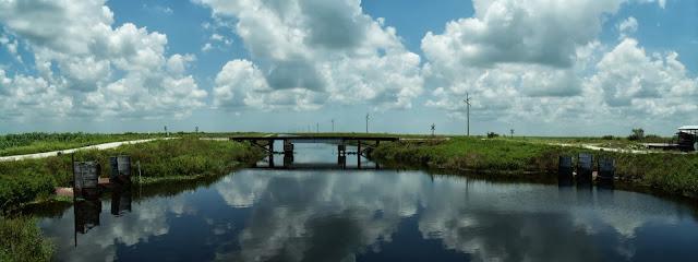Miami Canal mirando hacia el norte al cruzar a la orilla oeste, enfrente un puente del tren