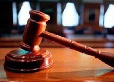 """Ambon, Malukupost.com - Tim penasihat hukum Idris Rolobessy, terdakwa dugaan korupsi dan tindak pidana pencucian uang dalam skandal pembelian kantor cabang Bank Maluku-Malut minta majelis hakim menghadirkan Kepala Kejaksaan Tinggi Maluku sebagai saksi. """"Selain mengajukan eksepsi atas berkas dakwaan JPU, kami minta majelis hakim menghadirkan Kajati bersama Kasie Penyidikan dalam persidangan sebagai saksi verbalisem atas klien kami,"""" kata penasihat hukum terdakwa, Dani Laturua di Ambon, Selasa (8/11). Hal senada disampaikan Munir Kairoty, juga penasihat terdakwa, yang meminta seluruh pihak terkait dalam penanganan perkara Idris Rolobessy selaku mantan Direktur Umum PT. BM-Malut harus dihadirkan sebagai saksi. """"Berbagai pihak terkait yang dimaksudkan adalah pemilik lahan dan gedung di Surabaya, Soenarko selaku orang yang menerima transfer Rp54 miliar untuk pembelian lahan dan gedung, termasuk Kajati Maluku Jan Maringka dan Kasie Dik, Ledrik Takaendengan,"""" kata Munir. Tim penasihat hukum Idris berpatokan pada hasil pemeriksaan terhadap Hentje Toisuta dalam kasus yang sama, terkait dugaan pemberian uang Rp5,4 miliar kepada jaksa penyidik."""