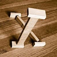 Takozlardan yapılmış X harfi