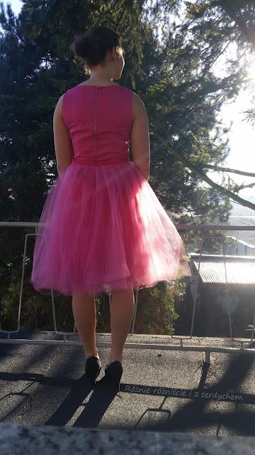 Tiulowa spódnica założona na sukienkę - widok z tyłu