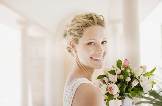 عروس تحمل باقة ورد