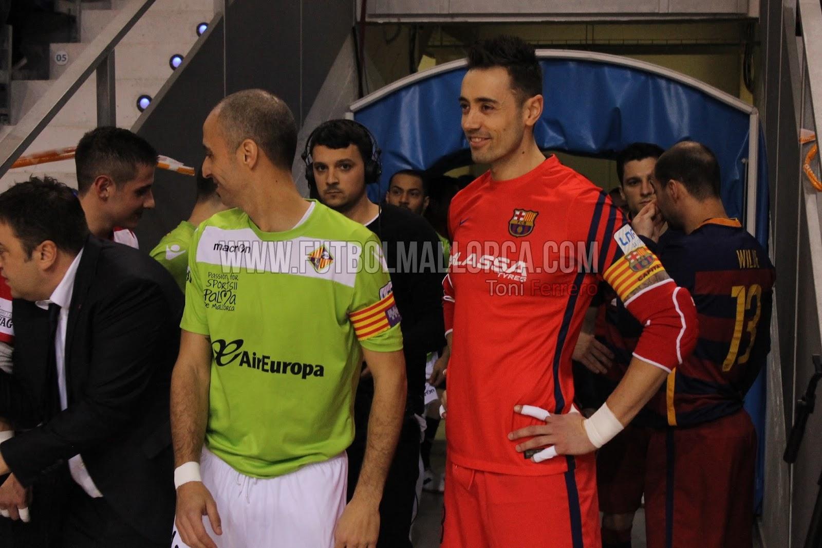 Los capitanes de ambos equipos en el inicio del Palma Futsal-FC Barcelona  Lassa de la Copa del Rey c37daac342769