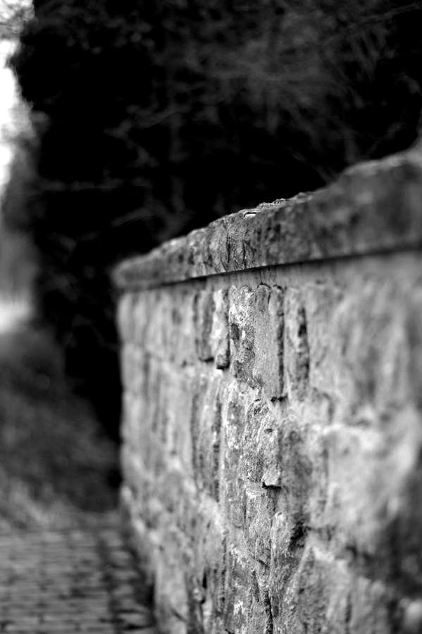 Blog + Fotografie by it's me! - fim.works - Magische Mottos - Strukturen & Rhythmen - SchwarzWeissBlick No 2 - Bruchsteinmauer