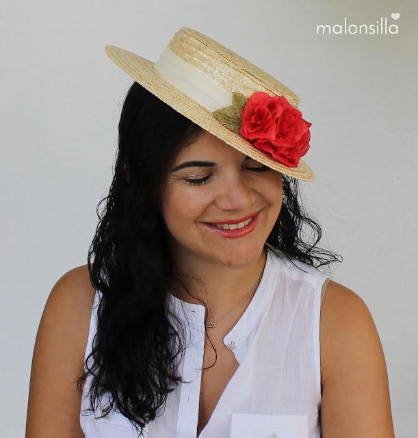 Sombrero tipo canotier con cinta color blanco roto y flores rojas