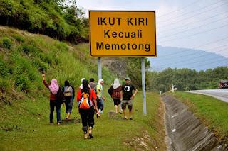 gambar papan tanda ikut kiri kecuali memotong semasa travel ke air terjun Sungai Pisang, gambar sekumpulan pemuda pemudi di tepi jalan raya