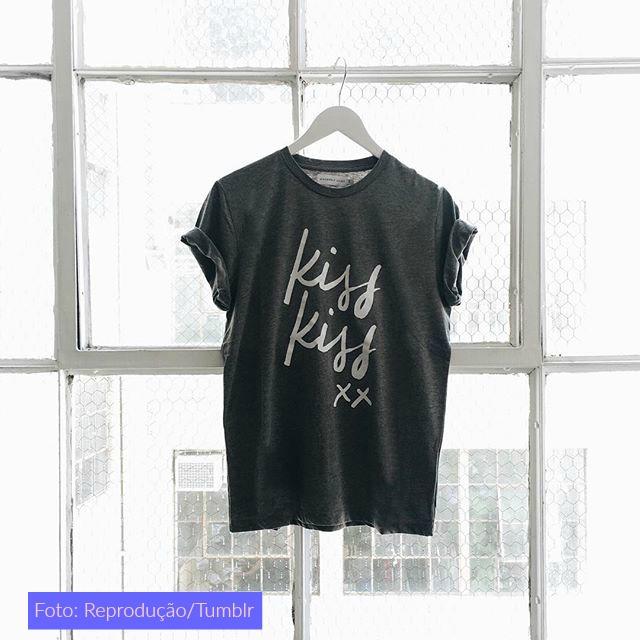 camiseta preta estampada