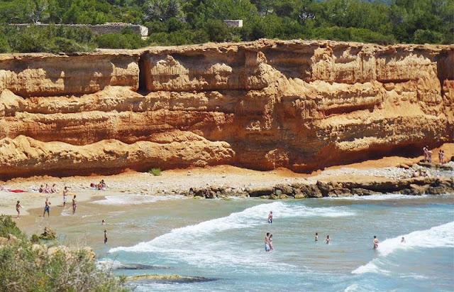 Características da Cala Sa Caleta em Ibiza