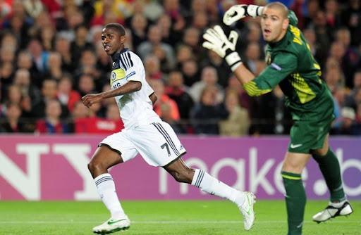 Chelsea player Ramires scores with a delightful chip over Barcelona goalkeeper Víctor Valdés