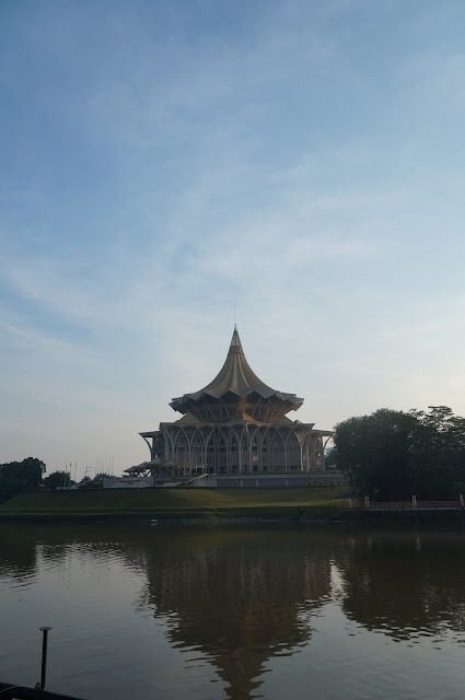 Gedung Dewan dari sungai Sarawak, Waterfront Kuching, Sarawak, Malaysia