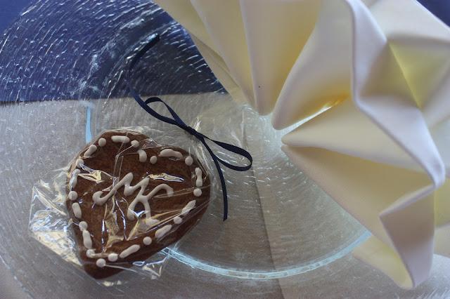 Gastgeschenke Lebkuchenherzen - Ginger bread hearts favors - Deutsch-indische Hochzeit im Riessersee Hotel Garmisch-Partenkirchen, Bayern, Navy Blue, Weiß, Fuchsia, Vintage, Schmetterlinge, Ballons - #deutsch-indische Hochzeit #Riessersee Hotel #heiraten in Bayern #Hochzeit in Garmisch