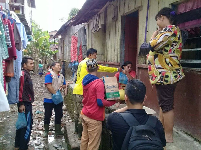 PKS Medan Maimun Belusukan Tebar 500 Paket Bantuan Korban Banjir