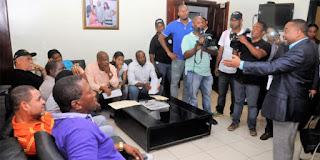Alcalde de SDN recibe comisión del sector Los Arkeanos y garantiza el asfaltado de sus calles