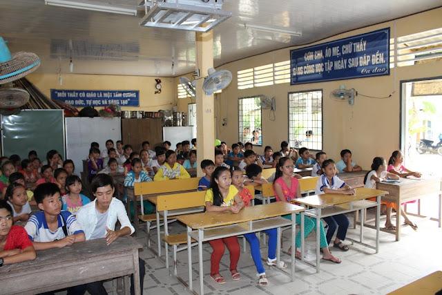 Rất đông các bạn học sinh đang theo học tại trường và người dân đến tham dự buổi phổ biến kiến thức.