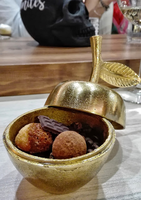 Financier de café con leche  Tableta de chocolate con kikos garrapiñados Trufa de chocolate blanco y avellana