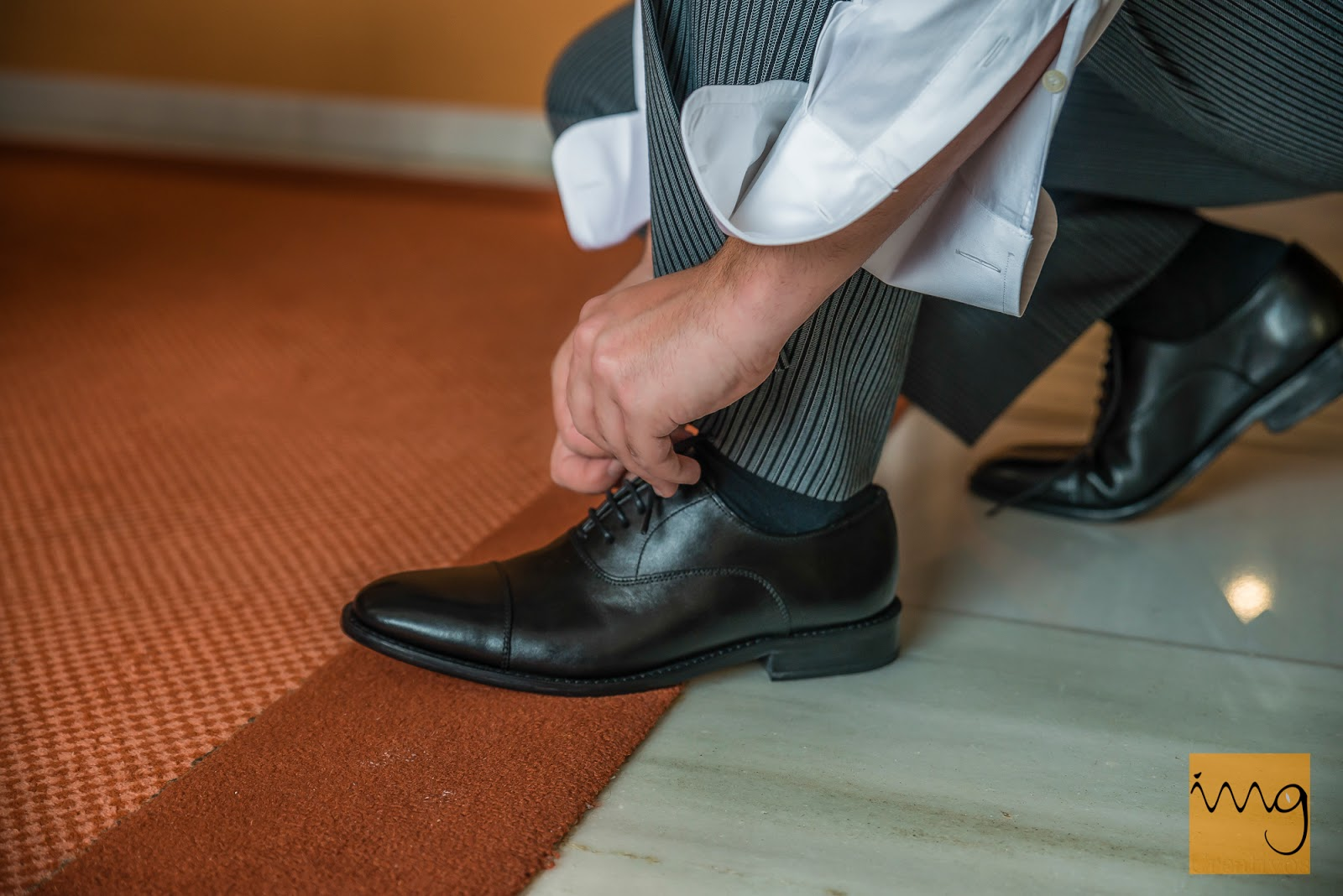 Fotografía de boda, atándose los zapatos