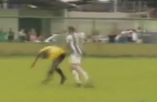 Iranduba player Volante Derlan is seen assaulting the referee after being sent off