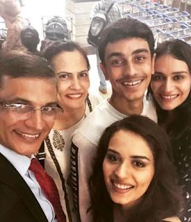 Foto Manushi Chhillar dengan Keluarganya