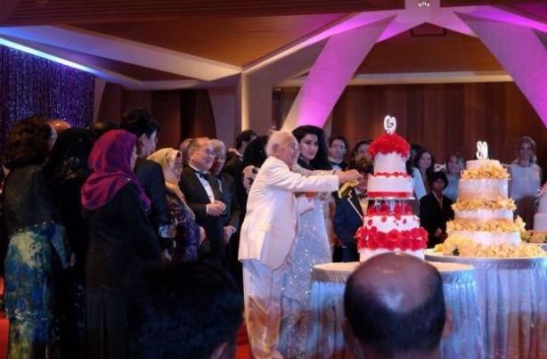 5 Tahun Berkahwin, Taib Mahmud Hadiahkan Isteri Bentley