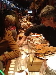 Una barra de un bar de Pamplona con ricos pinchos