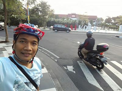 Selfie di depan Balai Kota Surabaya.