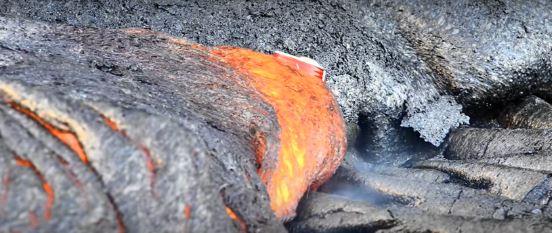 Lata Coca Cola derretida Lava Vulcão