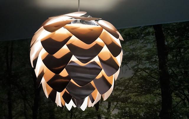 Lampes en forme de pomme de pin dans la Forêt d'Emeraude du Vital SPA
