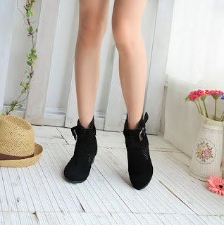Menggunakan Model Sepatu Waterproof Shoes