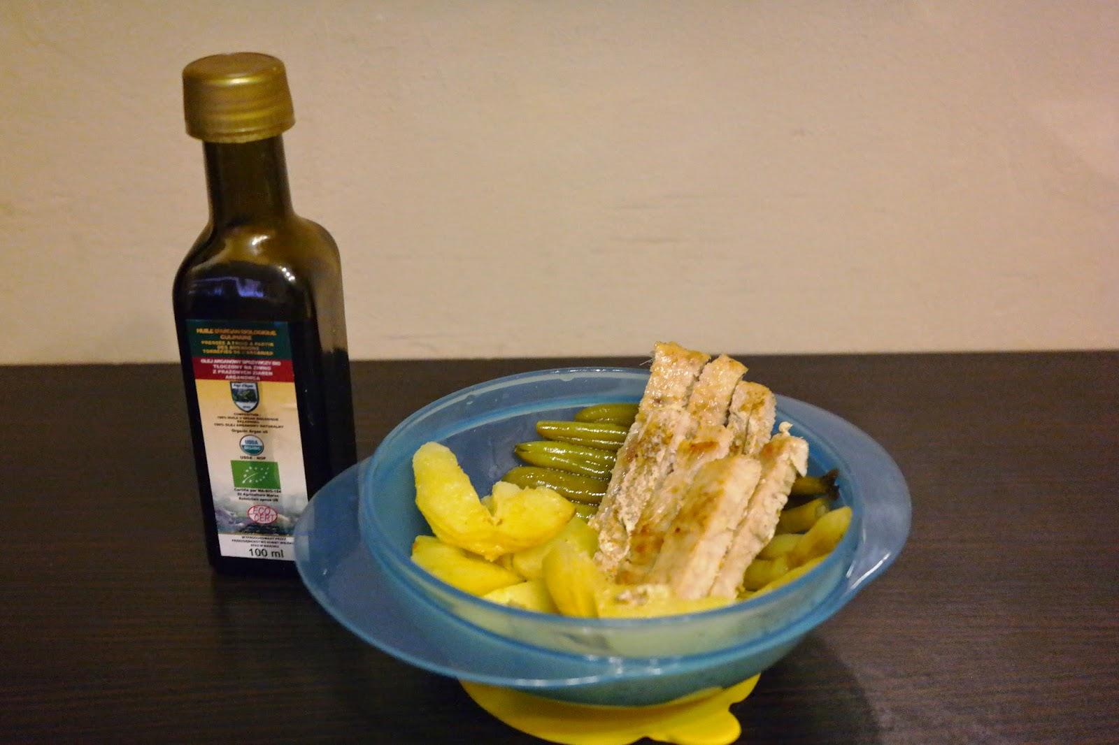 Paluszki z indyka z fasolką szparagową i ziemniaczkami skropione olejem arganowym.