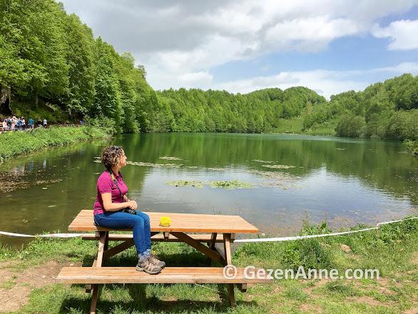 Ordu Ulugöl'de göl kenarında otururken, Gölköy