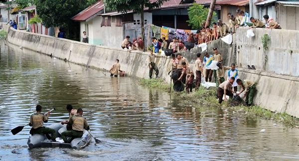 Pramuka Pariaman Nyebur Bersihkan Enceng Gondok di Batang Air Pampan