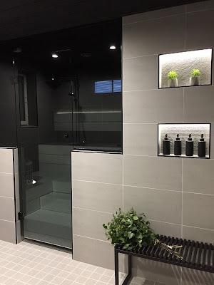 lasitehdas, puolilasiseinä, saunan lasiseinä, lasiseinä, shampoo syvennykset, harmaa kylpyhuone, saunajakkara, musta saunapenkki, jysk