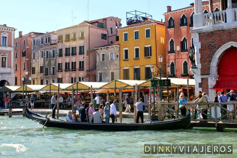 Pasajeros bajando de un traghetto en Venecia