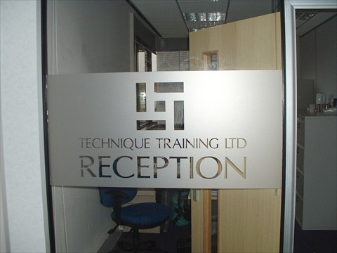 Mẫu cắt chữ, cắt logo dán kính số 02