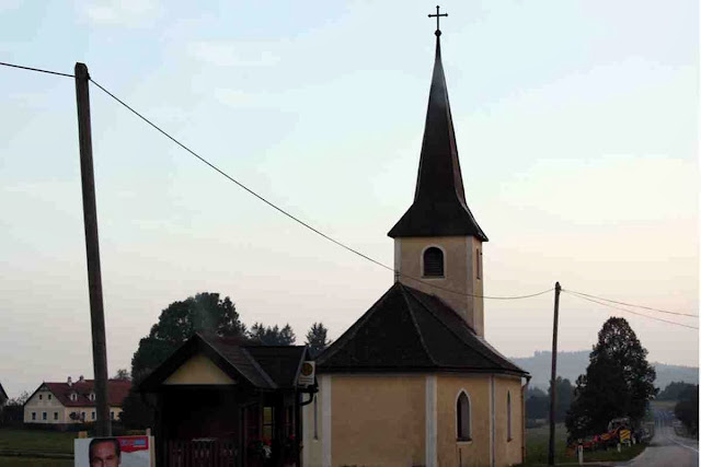 Kapelle am Wegesrand im Waldviertel © Copyright Monika Fuchs, TravelWorldOnline