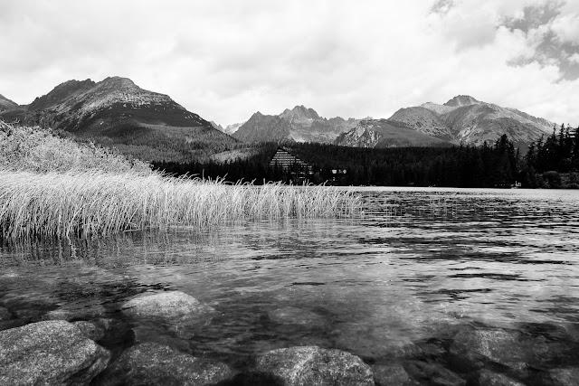 Czarno-biała fotografia krajobrazu. Szczyrbskie Jezioro, Tatry, Słowacja. fot. Łukasz Cyrus