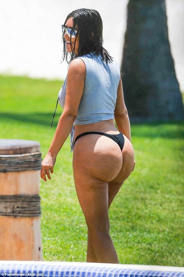 كيم كارداشيان بصور تظهر مؤخرتها الشهيرة بعد الرياضة