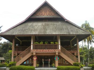 Rumah Adat Provinsi Sulawesi Utara ( Rumah Pewaris )