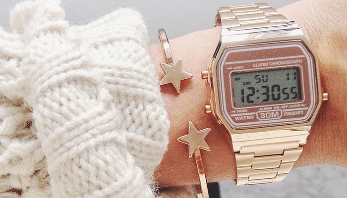eae54a5934d É bem possível que você já tenha visto um relógio Casio no pulso de alguma  It Girl do Instagram. Pois bem