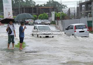 Jalan Bandaraya Kuching Dilanda Banjir Kilat