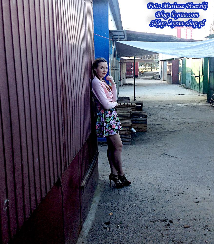 8.04.18 Sukienka mini gorsetowa w kwiaty, sweterek kardigan pastelowy róż, sandały czarne zamszowe na szpilce, naszyjnik celebrytki, warkocze dobierane