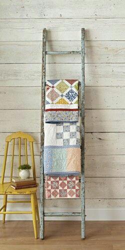 13. Tangga kayu jadul untuk memajang kain