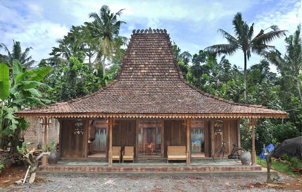 Masyarakat suku Jawa mengenal beragam desain hunian dalam budayanya Rumah Adat Jawa Tengah (Joglo), Gambar, dan Penjelasannya