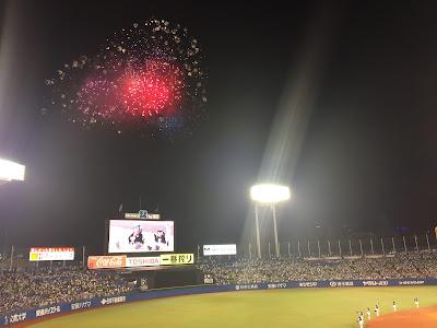 神宮球場のサイドテーブル付きシート(環境ステーションシート)の三塁側から見た花火