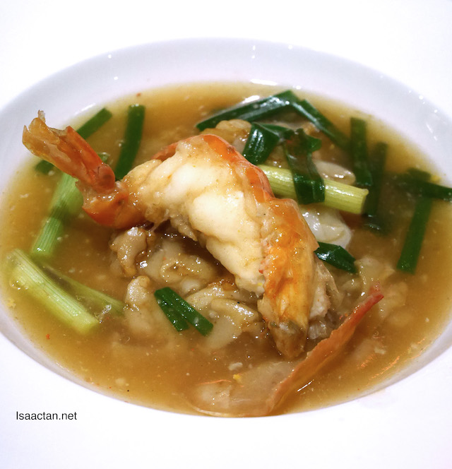 King prawn with ginger and scallion, flat noodles