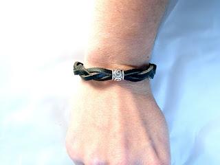 Vue portée du bracelet cuir noir décoré d'un motif rond