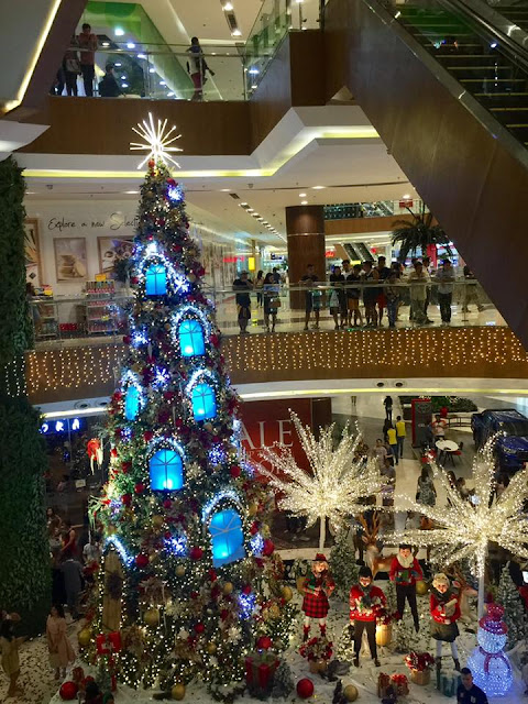 Huge Christmas Tree of Robinsons Galleria Cebu. Pic by Jed Aries Yu.