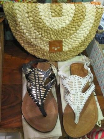 Sandalias y carteras fibra natural