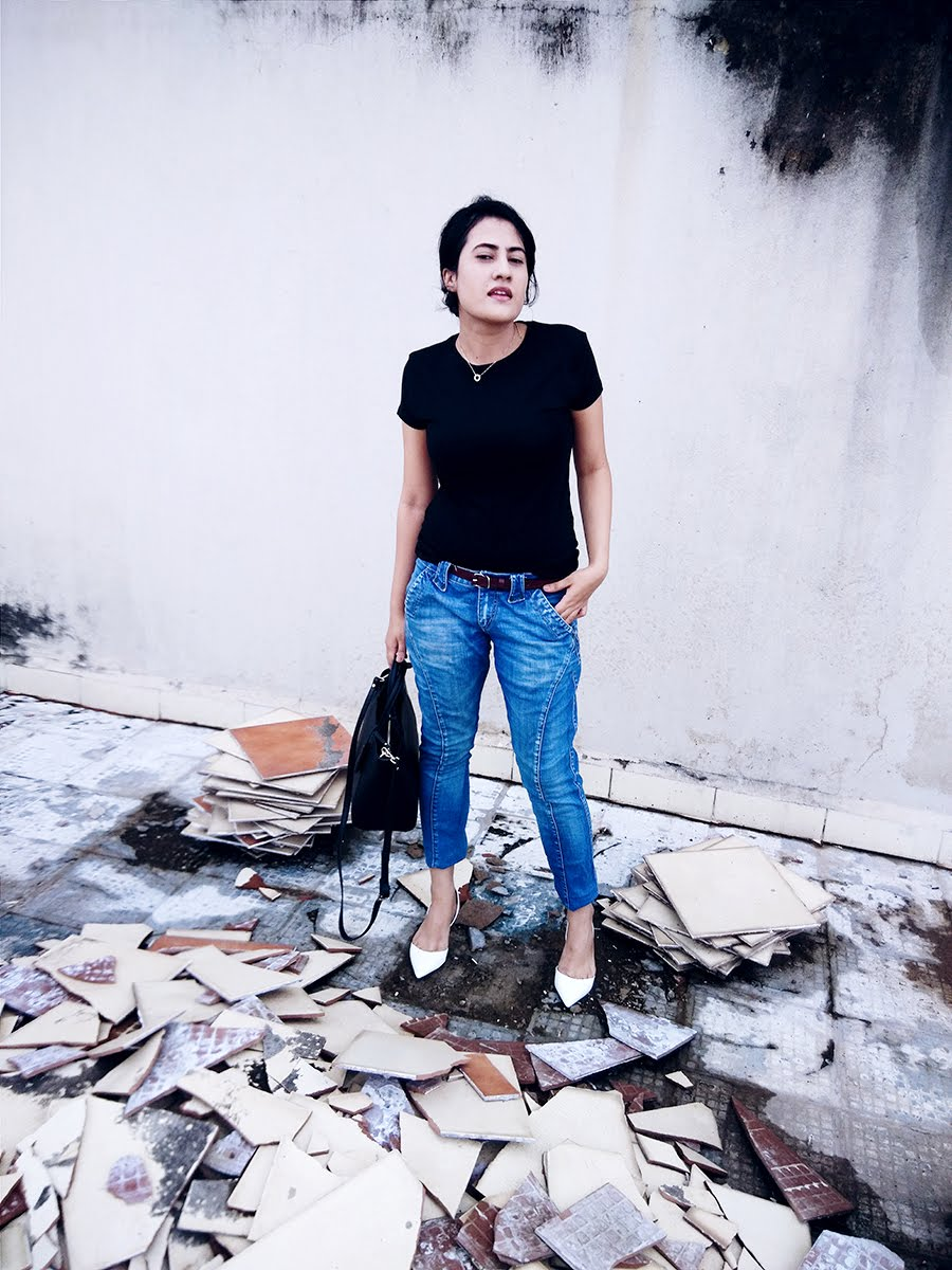 Top black Zara, Jeans blue  Levi's,Zara White kitten Heel,Zara city black bag