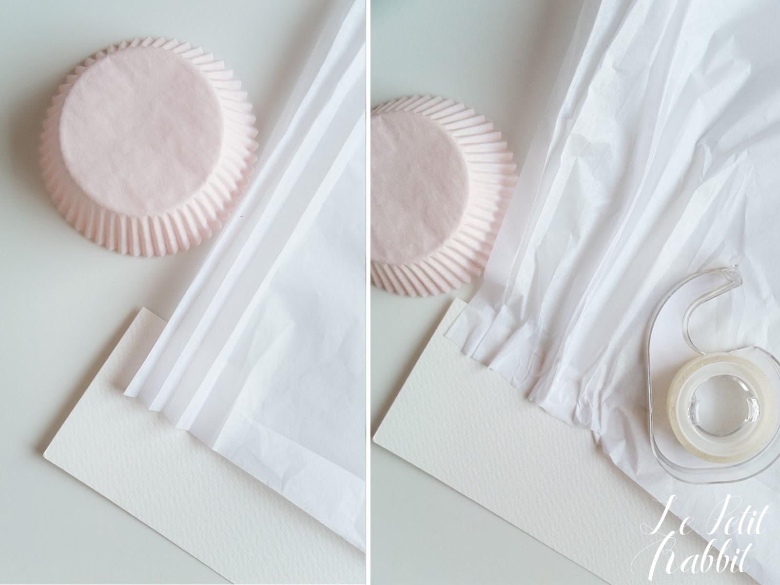 Tagliate una fascia di cartoncino bianco che sarà la base del vostro  cappello. Io ho realizzato una fascia alta 7 cm e lunga circa 60 cm 1338cdbf19b3