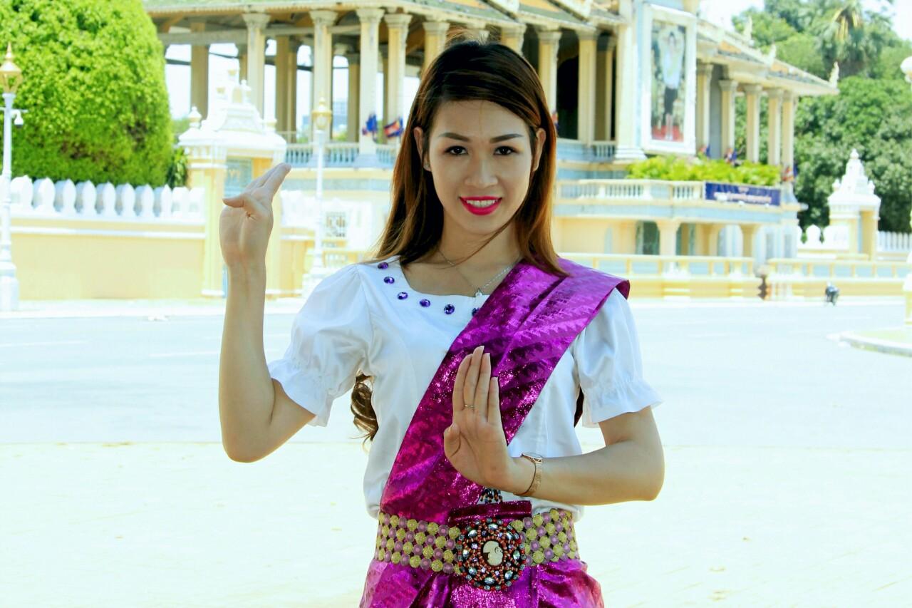 Thùy Nhung hoá thân thành cô gái Campuchia trên Vương quốc Chùa Tháp